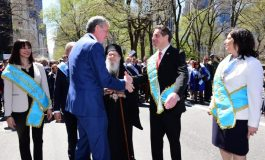 Governor Andrew Cuomo and Mayor Bill DiBlasio have their first handshake at the Greek Parade in NYC