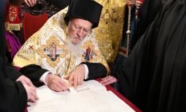 Ecumenical Patriarch Bartholomew signs the decree granting Autocephaly to the Ukrainian Orthodox Church